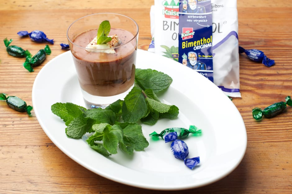 A crazy way of cooking Chocolate mousse with mint flavor from candies