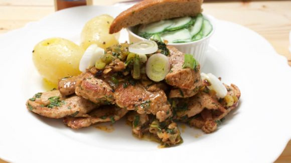 Gyros pan with onions and zazicki. Recipe picture by Thomas Sixt.