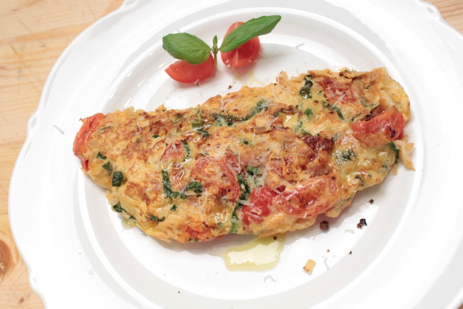 Omelette with tomatoes and basil