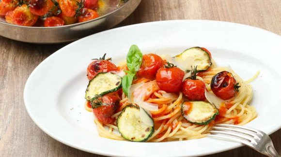 nice on a plate: spaghetti with tomato sauce