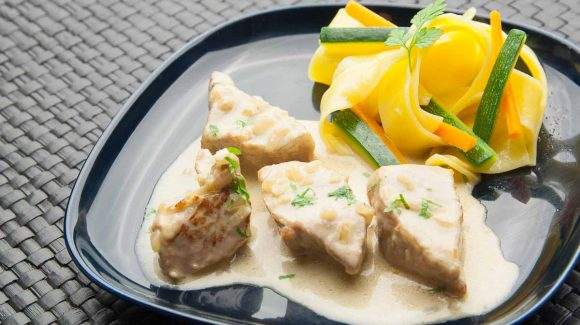 Veal goulash here with cream, ribbon noodles and vegetables. Veal cream goulash optimally prepare recipe picture to contribution