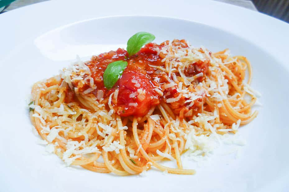 Cook Tomato Sauce from Tomatoes and canned Tomatoes yourself for spaghetti or other pasta