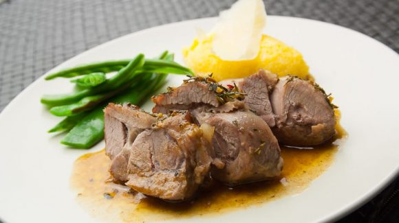 Roast lamb from the shoulder of the lamb served with side dishes, recipe picture by Thomas Sixt.