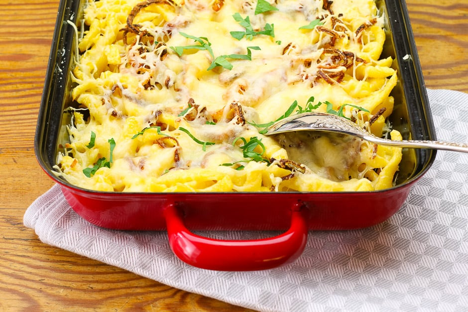 Cheese spaetzle in the oven dish © Food photographer Thomas Sixt