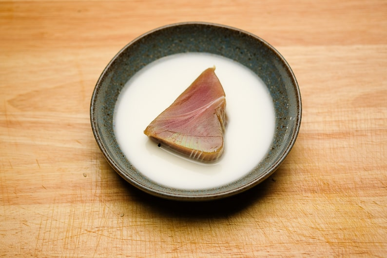 Tuna steak in the starch water, so the sesame will stick later.