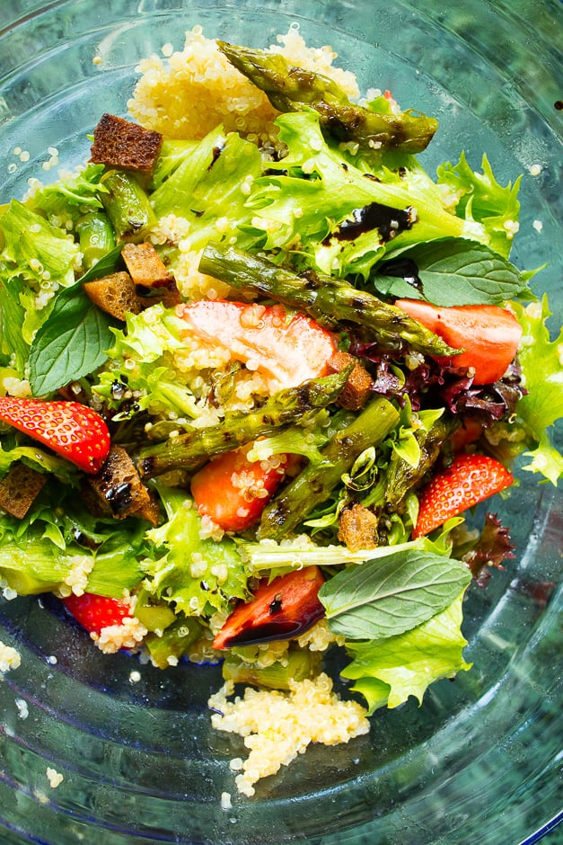 Couscous with couscous with mint, asparagus and strawberries, refreshing salad