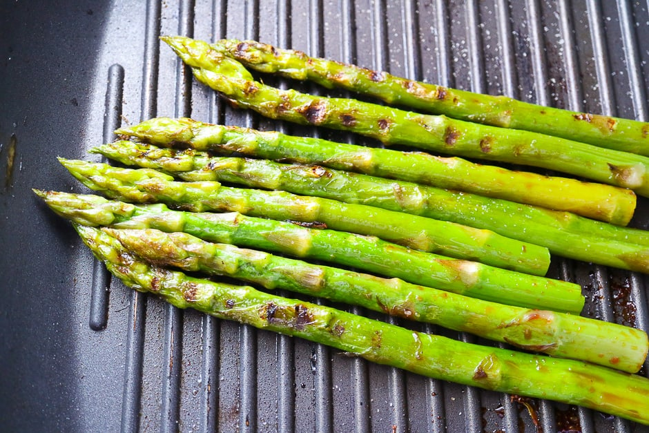 Grill cooked asparagus