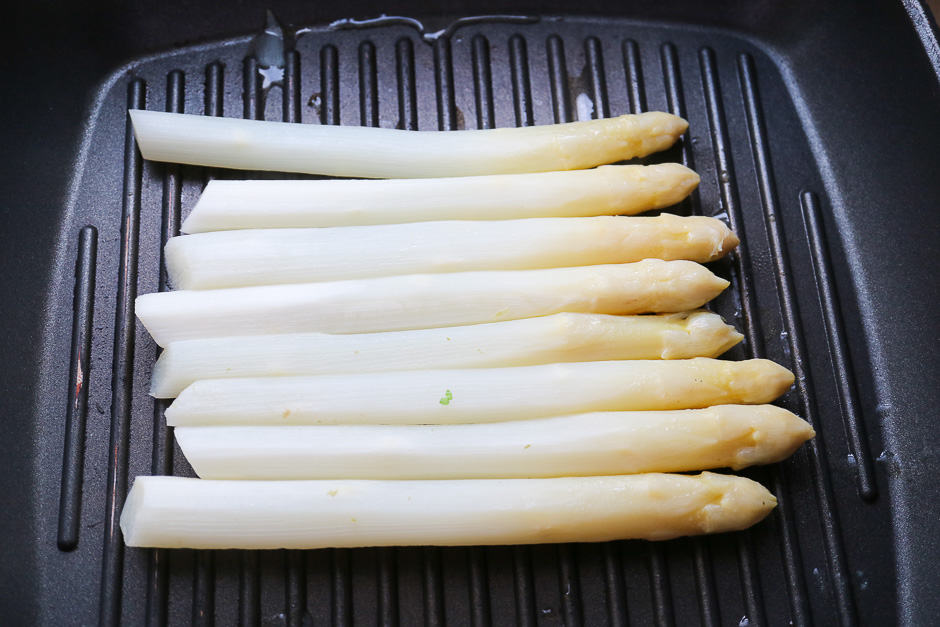 Grill the asparagus in the pan.