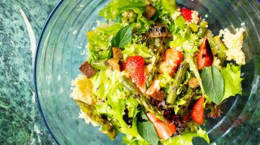 Couscous with mint, asparagus and strawberries, refreshing salad