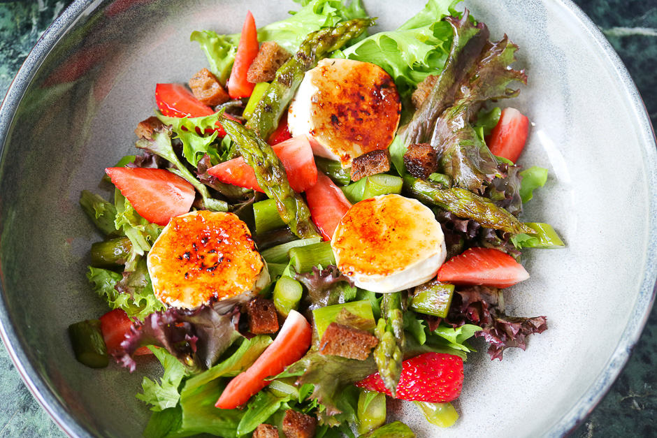 Goat cheese salad serving image.