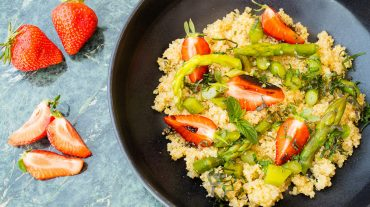 Salad with quinoa, asparagus and strawberries