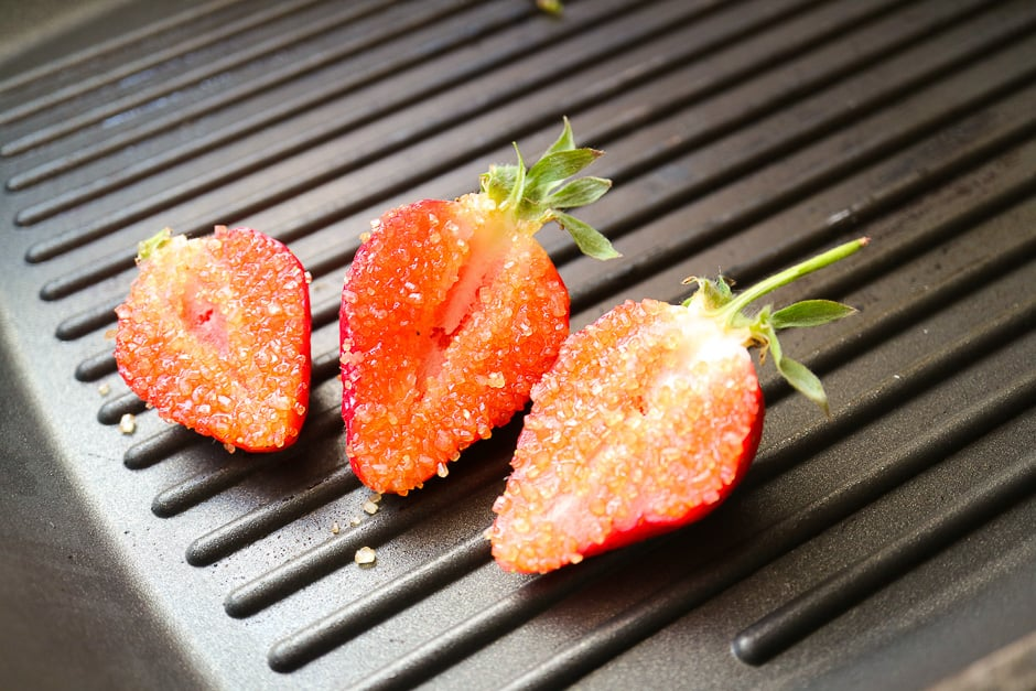 Sprinkle the cut strawberries with sugar.