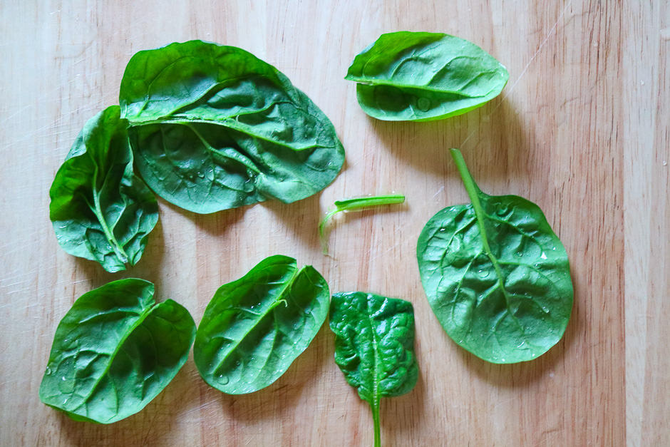 Clean the spinach leaves
