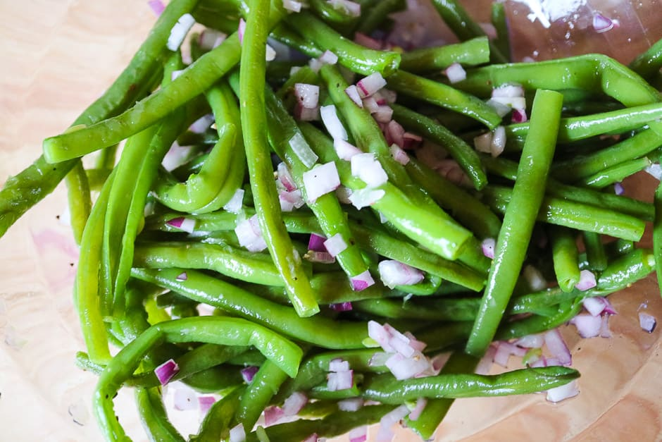 Marinate the bean salad with onions.
