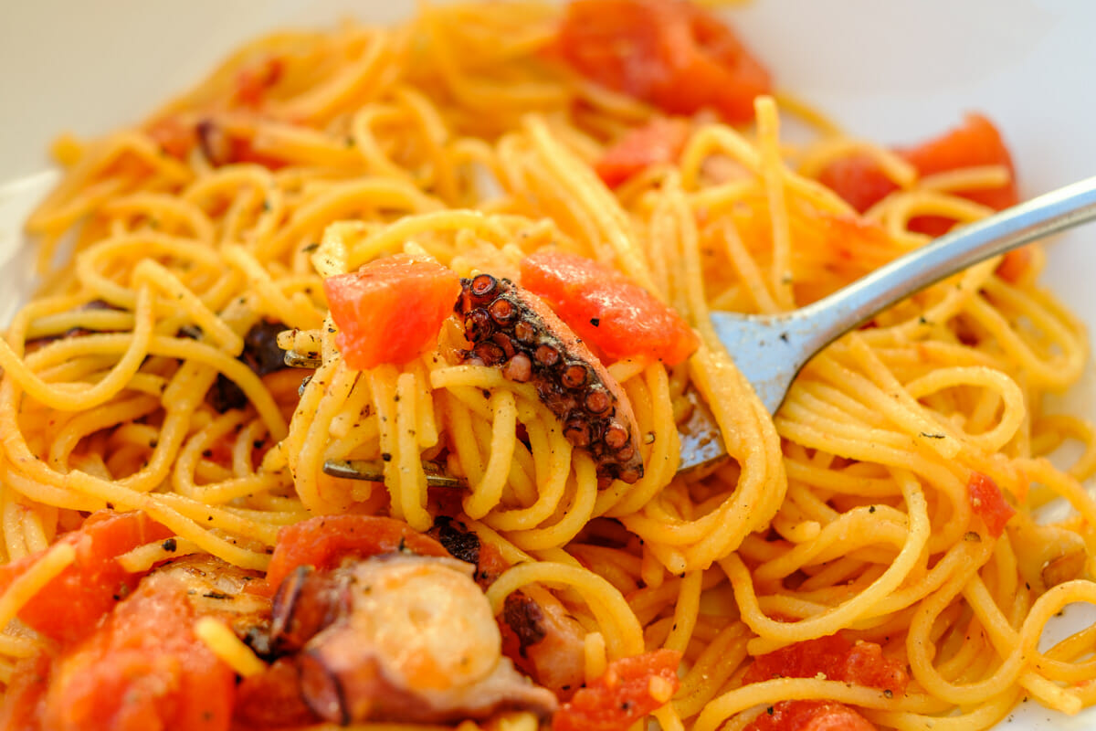 Close-up of spaghetti with tomato sauce and pulpo