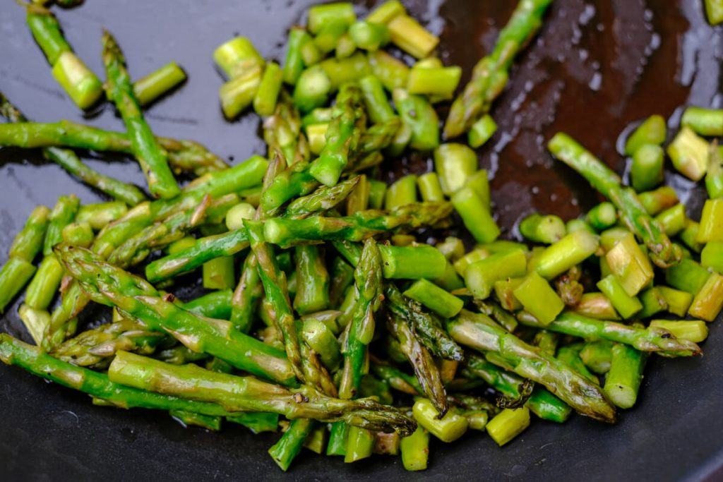 Green asparagus from the pan