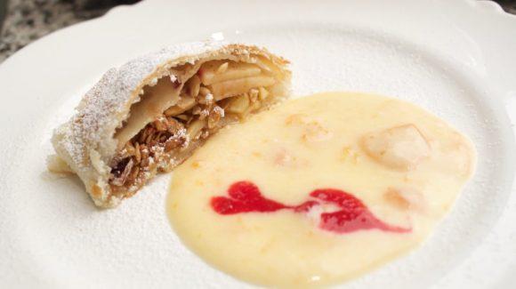Apfel Müsli Strudel mit Aprikosen Vanillesahne Rezept Bild