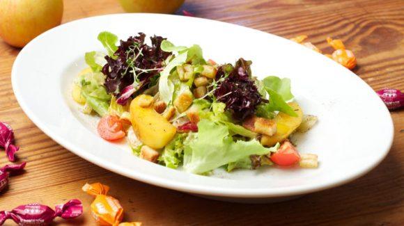 Rezept Blattsalat mit glasierten Apfelstücken dazu gerösteten Brotcroutons und Sanddorn-Holunder-Vinaigrette Bild