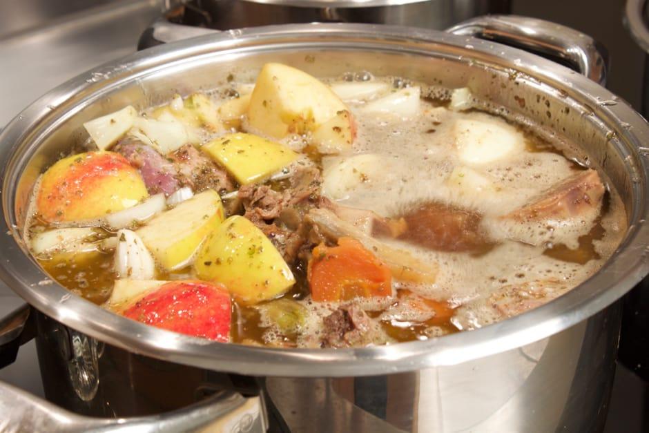 Gänsebraten Soße zubereiten, so gelingt die Sauce zur Weihnachtsgans garaniert.