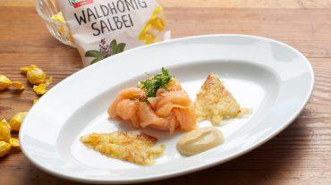 Räucherlachs mit Kartoffelrösti und Waldhonig Salbei Senf Dip Rezept Bild.