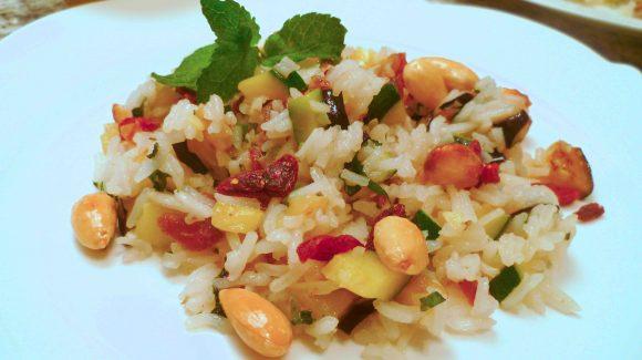 Rezept Bild zu einfacher Reissalat mit Minze dazu Mandeln, Datteln und Gemüse