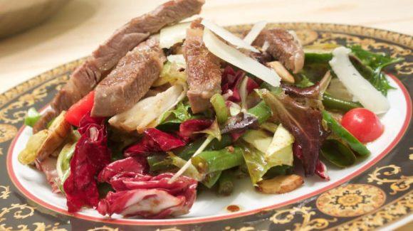 Rezept bild Salat mit Rindfleisch, gebratener Rostbraten mit Salat und Gemüse, Kochrezept von Thomas Sixt mit Bild.