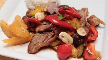 Gemüse Enten Wok Rezept Bild. Typisch asiatisch mit Paprika und Champignons, Orangenfilets als Kick.