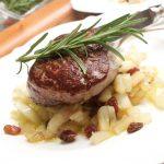 Filetsteak auf Fenchel mit Rosninen und Rosmarin, Kochrezept Bild von Thomas Sixt.