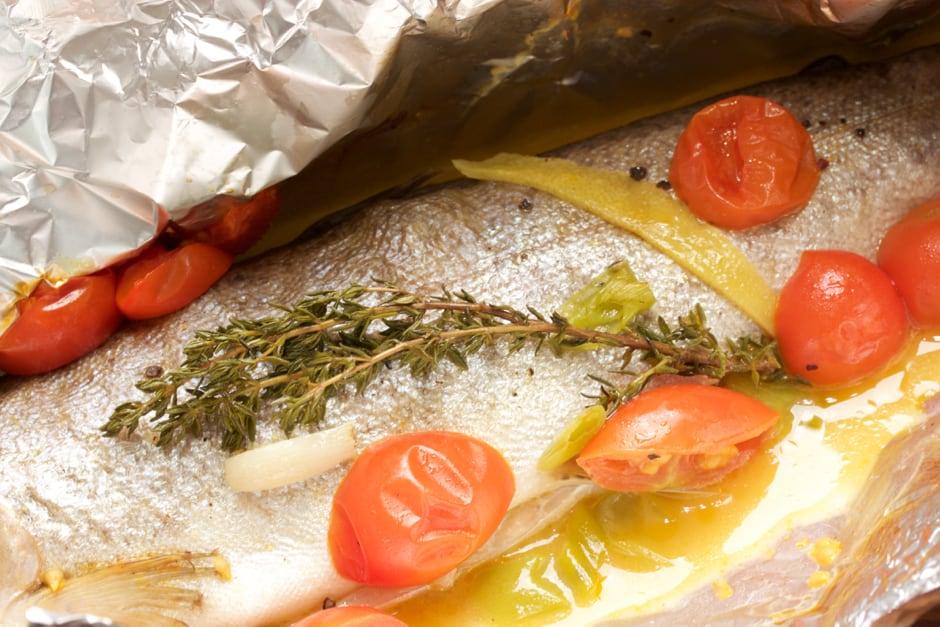 Forelle in der Alufolie aus dem Backofen mit Tomaten und Thymian. Kochrezept Bild, Rezept Thomas Sixt