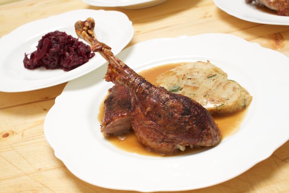 Rezept Bild zu Gänsebraten, knusprige Martinsgans mit Knödel und Rotkraut