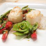Asiatischer Salat mit Jakobsmuscheln und reichlich Gemüse