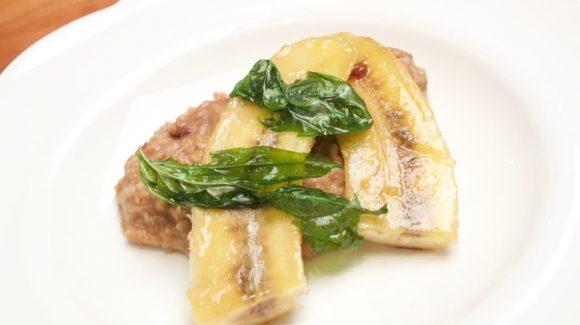 Porridge mit karamellisierter Banane und knusprigem Basilikum Foodbild und Rezept (c) Thomas Sixt.