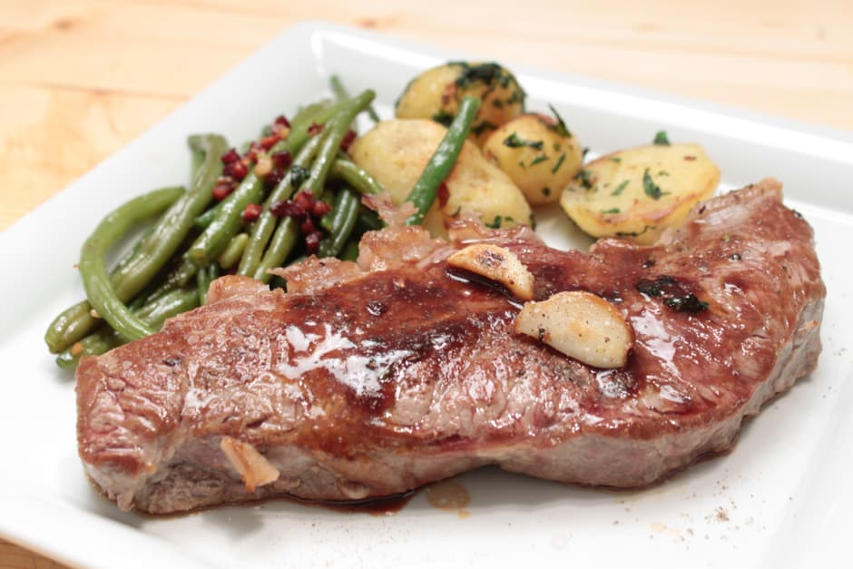Rumpsteak Recipe with Bacon Beans and Roast Juice, How a Steak is perfectly roasted is shown in the Cooking Video