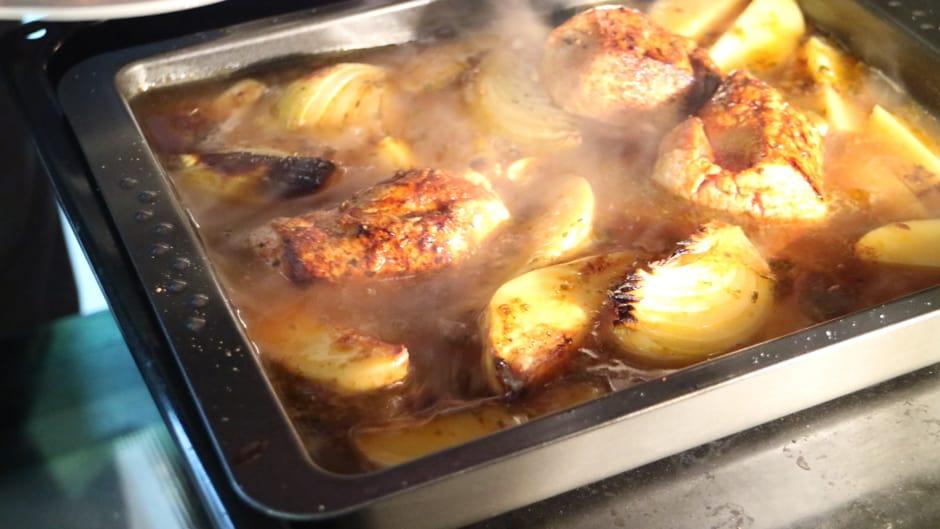 Vorher angebratenes Schweinefilet in der Schweinebraten-Sauce liegend. So kann das Filet rosa garziehen.