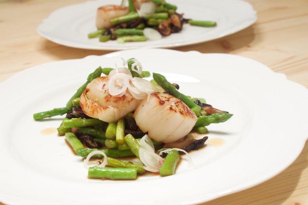Scallops starter with asparagus
