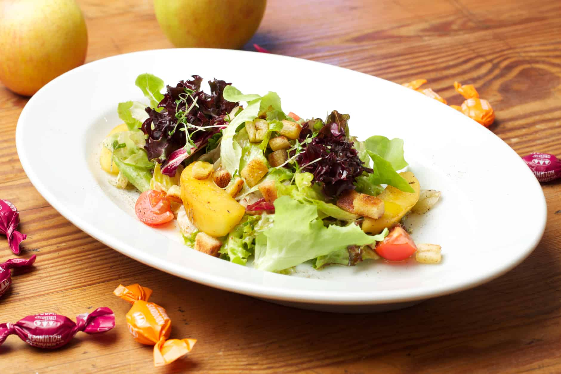 Blattsalat mit Bonbon-Salatdressing und knusprigen Brotwürfel