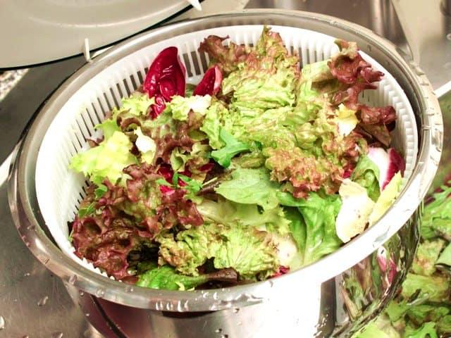 Gewaschenen Salat in die Salatschleuder geben.
