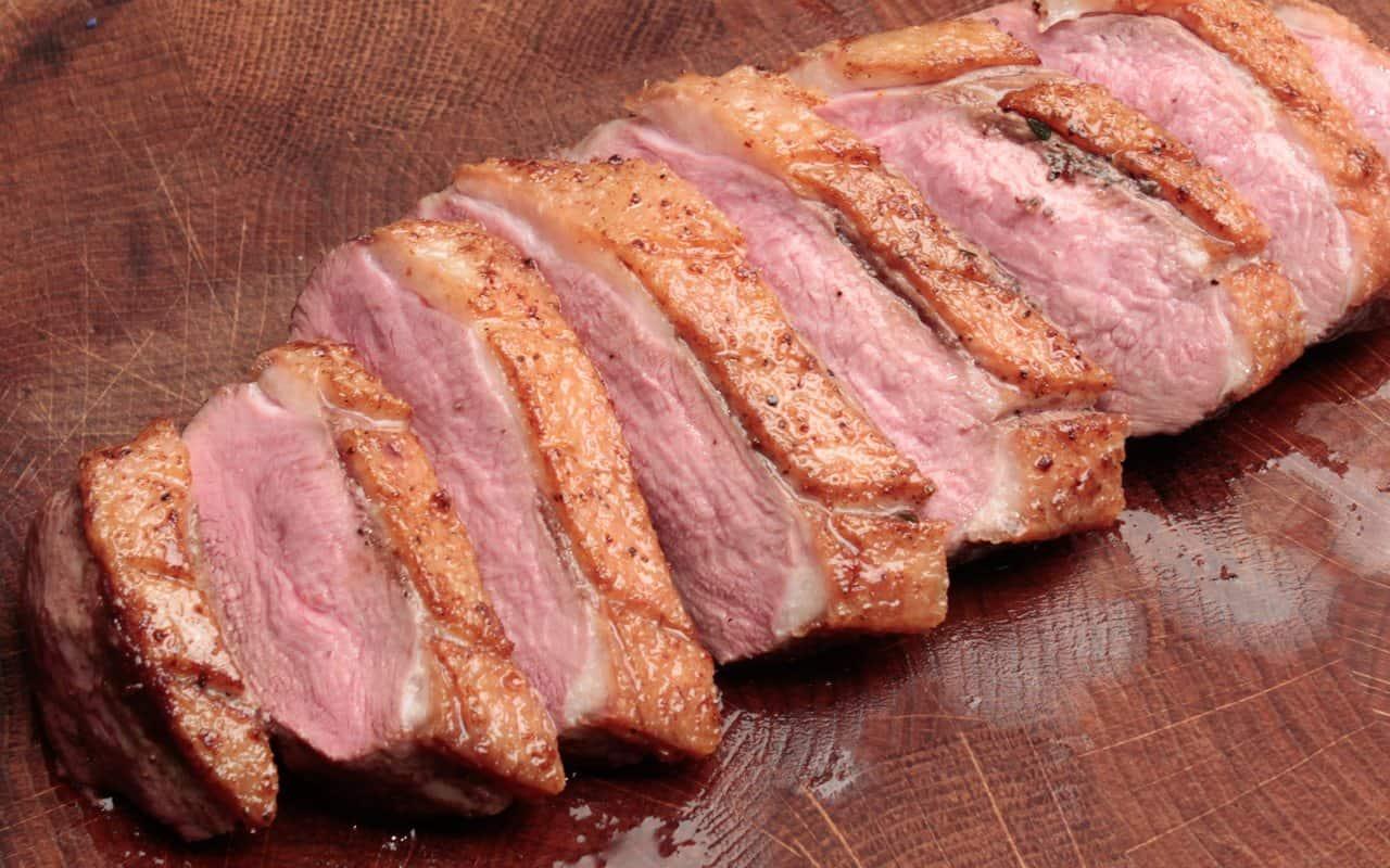 entenbrust richtig tranchieren, das fleisch wird schräg geschnitten.
