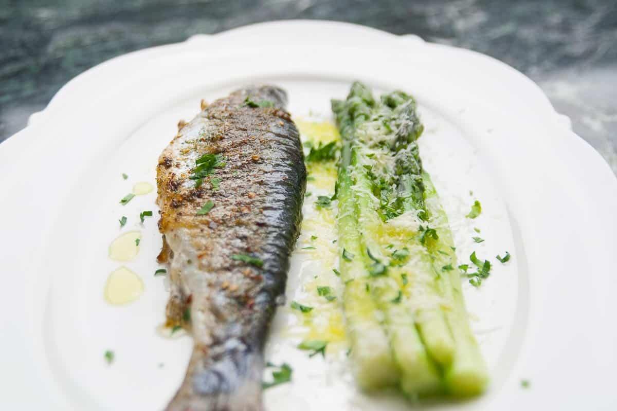Fisch mit Spargel in alufolie gegrillt zubereiten.