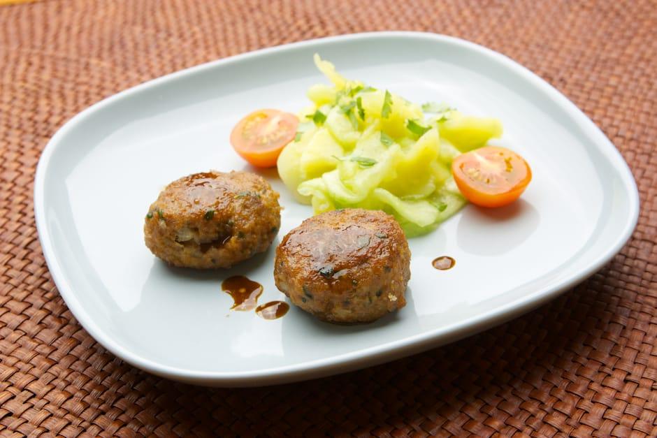 Fleischpflanzerl oder Buletten auf bayrisch hier mit Kartoffelsalat klassisch