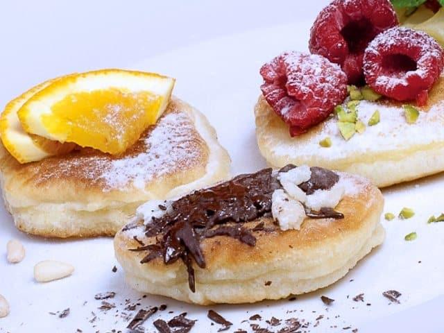 pancakes in verschienden varianten. mit himbeeren, mit orangen, mit schokolade und marzipan