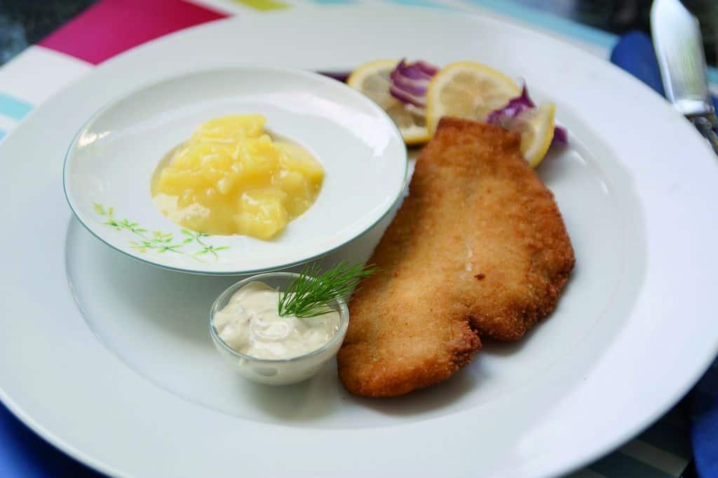 Scholle gebacken mit klassischem Kartoffelsalat