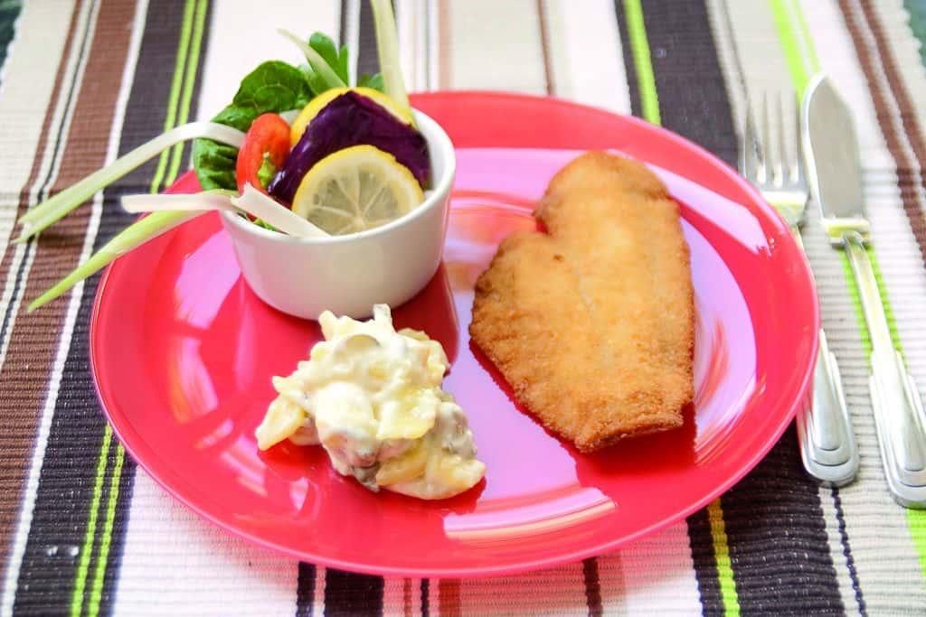 MAyonnaise Kartoffelsalat mit gebackener, panierter Scholle.
