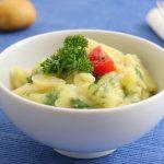 Schwäbischer Kartoffelsalat Rezept Bild angerichtet mit Petersilie.