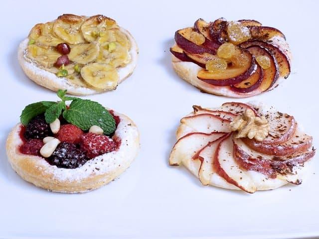 Tartes in verschiedenen Varianten: mit zwetschgen, Äpfel, Beerenfrüchte und Bananen
