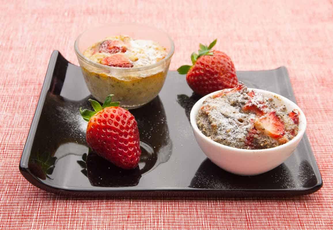 erdbeermuffin als dessert im glas bzw. im förmchen serviert. dazu passt weiße Schokolade!