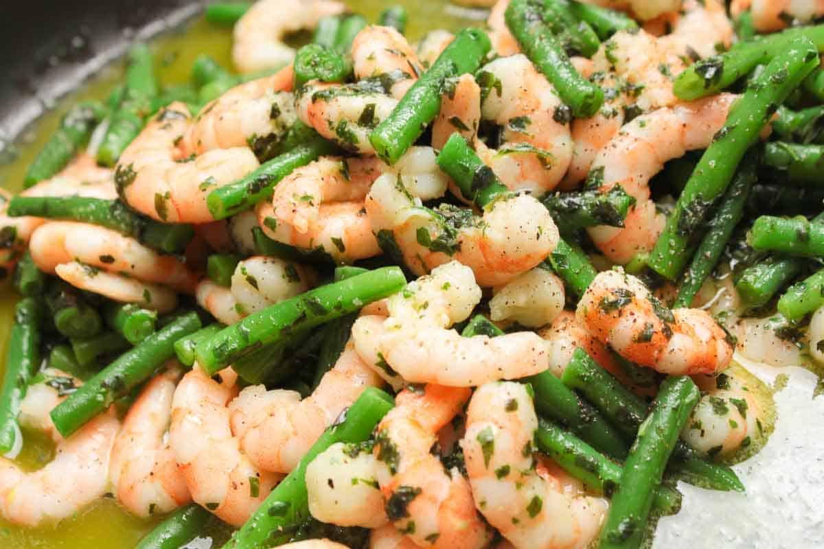 Garnlen und Bohnen in der Salatmarinade, lecker und geschmackig glänzend.