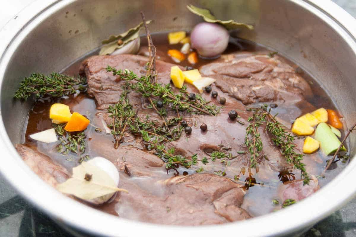 Wildfleisch in Marinade die auch Beize heißt eingelegt.