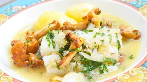 Fisch pochieren am Beispiel Pochierter Kabeljau mit Pfifferlinge und Kartoffeln im Fond.