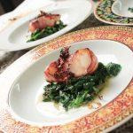 Fischfilet im Speckmantel auf Spinat. Am Beispiel Kabeljau wird diese Zubereitung im Artikel mit Kochvideo erklärt.
